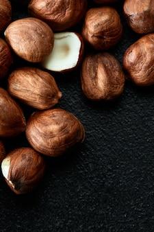 Close up di noccioli di nocciola - food frame background, macro dettagliate da vicino.