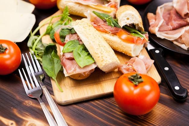 Primo piano su cibo sano e delizioso sul tavolo di legno