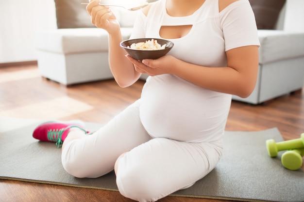 Primo piano di cibo sano per le donne incinte