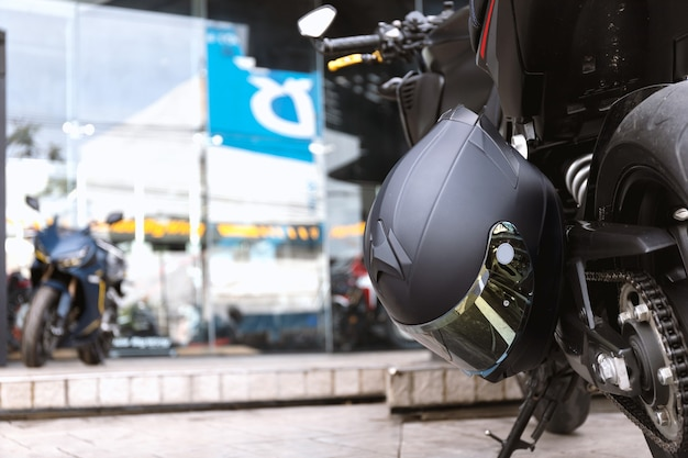 Chiudere il casco in moto