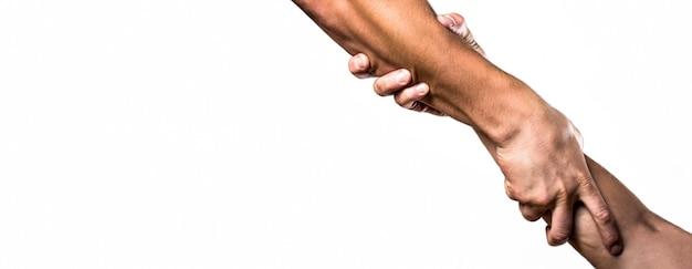 Primo piano mano d'aiuto. concetto di aiuto, supporto. aiutare la mano tesa, il braccio isolato, la salvezza. due mani, braccio di un amico, lavoro di squadra. soccorso, gesto d'aiuto o mani. copia spazio