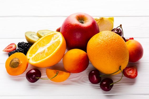 Vista dell'angolo alto del primo piano della composizione della frutta