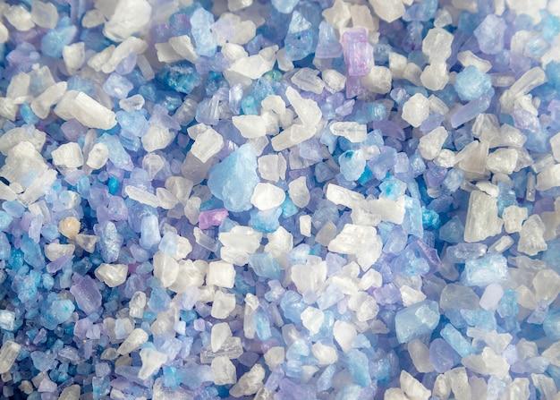 Primo piano di cristalli di sale da bagno himalayano. trattamento spa.