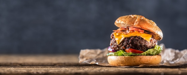 Hamburger di manzo fatto in casa del primo piano sulla tavola di legno.