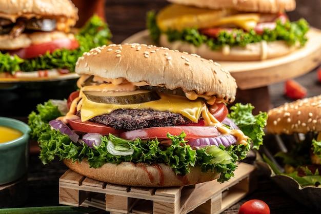 Primo piano di hamburger fatti in casa su fondo di legno rustico. fast food e concetto di cibo spazzatura