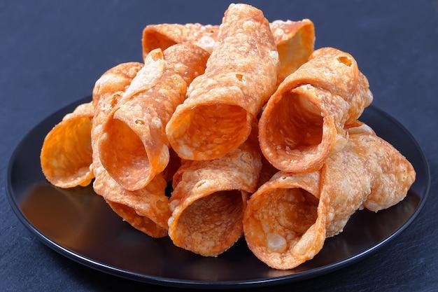 Chiuda in su sui cannoli fritti nel grasso bollente casalinghi