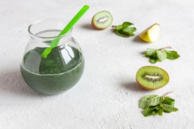 Primo piano di frullato verde fatto in casa, cibo biologico sano fresco