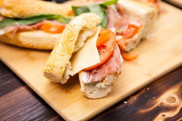 Primo piano su panini fatti in casa su fondo di legno