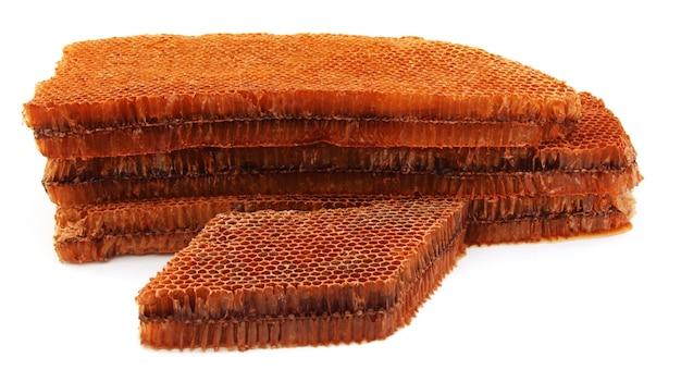 Primo piano del favo di miele su sfondo bianco