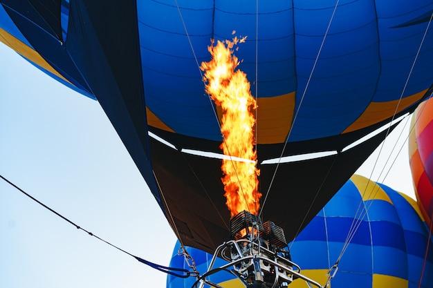 Primo piano della parte in mongolfiera che si prepara per il volo