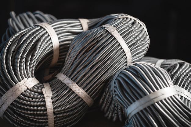Primo piano di un enorme fascio di tubi flessibili in metallo