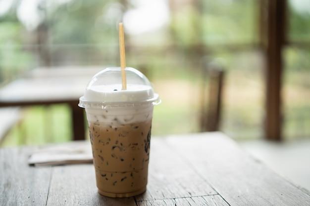 Chiuda in su del caffè ghiacciato sulla tavola di legno
