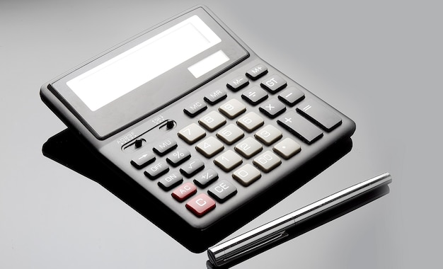 Immagine ravvicinata di una calcolatrice su sfondo nero