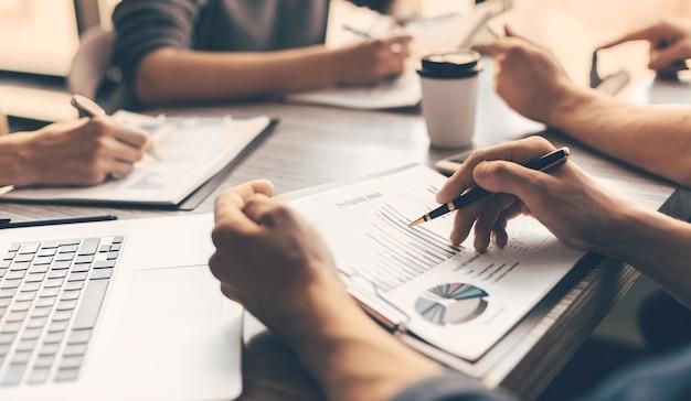 Avvicinamento. immagine di documenti finanziari sulla scrivania in ufficio. concetto di affari.