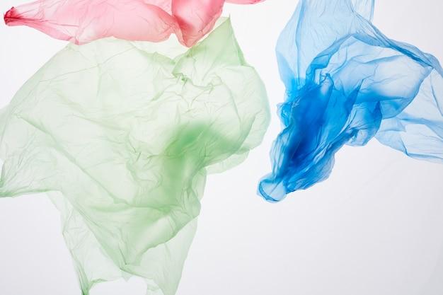 Chiudere l'immagine di sacchetti di plastica riciclabili isolati, raccolta differenziata e concetto di gestione