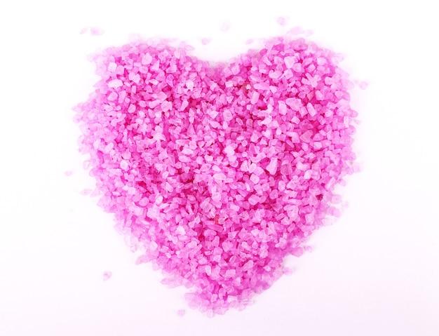 Immagine ravvicinata del sale marino per spa a forma di cuore