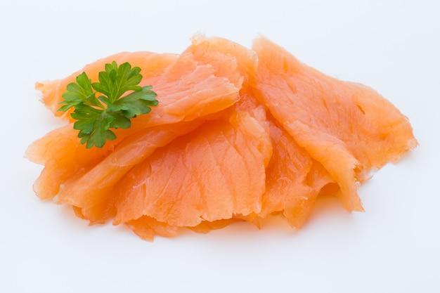 Immagine ravvicinata di salmone affumicato, studio isolato su sfondo bianco.