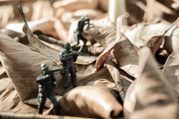 Chiuda sull'immagine dell'esercito militare del giocattolo sul campo di battaglia