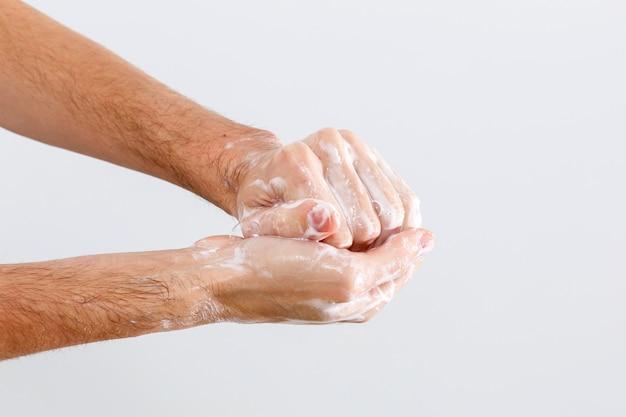 Immagine ravvicinata di lavarsi le mani su sfondo bianco