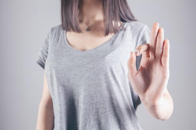 Chiudere l immagine della giovane donna che fa e che mostra il segno giusto della mano