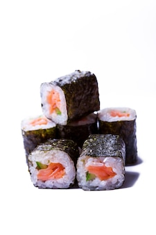 Chiuda sul rotolo giapponese con salmone