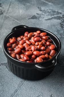 Primo piano sui fagioli rossi dolci in scatola giapponesi