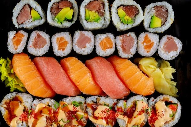 Chiuda in su del rotolo di sushi giapponese con pesce crudo. frutti di mare sani.