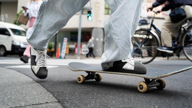 Primo piano giapponese con lo skateboard