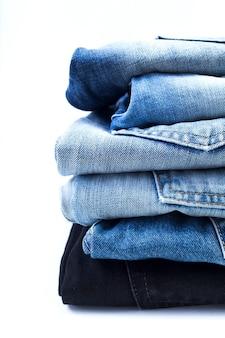 Primo piano di jeans su uno sfondo bianco
