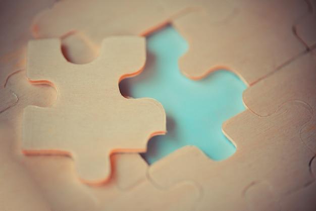 Primo piano di pezzi di puzzle per unire e provare a collegare la partnership commerciale