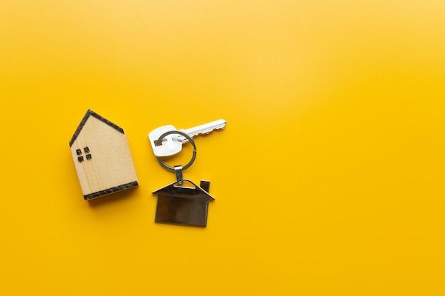 Chiuda sulla chiave, concetto personale di prestito. il soggetto è sfocato.