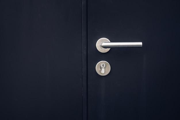 Chiudere la serratura a chiave nel colore della porta nera