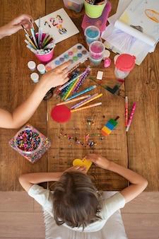 Primo piano bambino che fa attività creative vista dall'alto