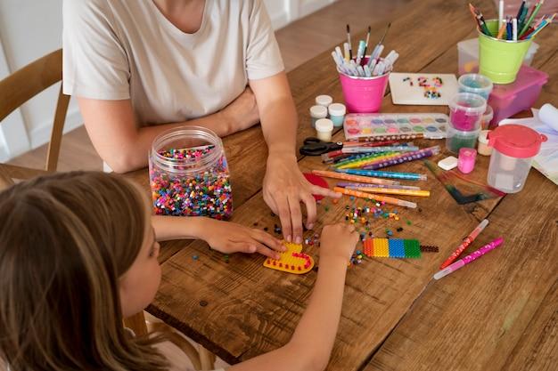 Primo piano bambino che fa attività creative