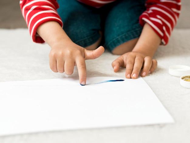 Pittura del dito del bambino del primo piano