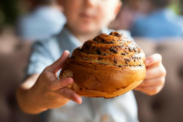 Chiuda sulla torta della holding del bambino