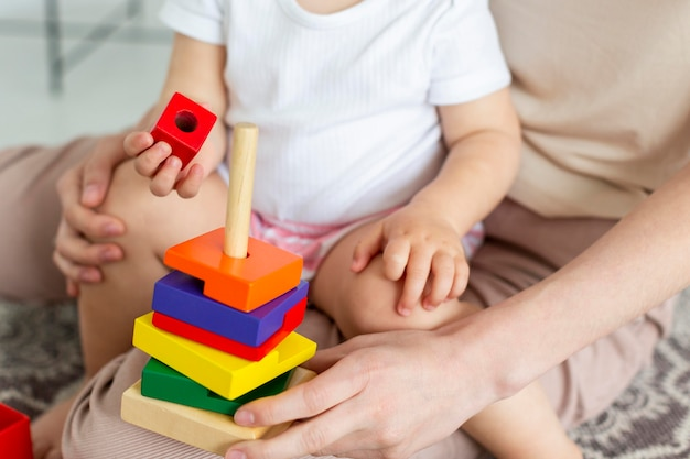 Bambino del primo piano che gioca con i giocattoli