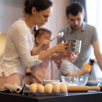 Bambini e genitori del primo piano che cucinano