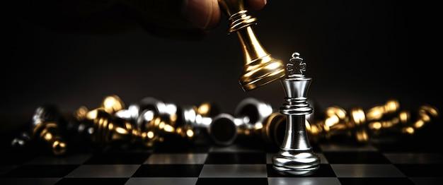 Primo piano sfida di scacchi del re con un'altra squadra di scacchi.