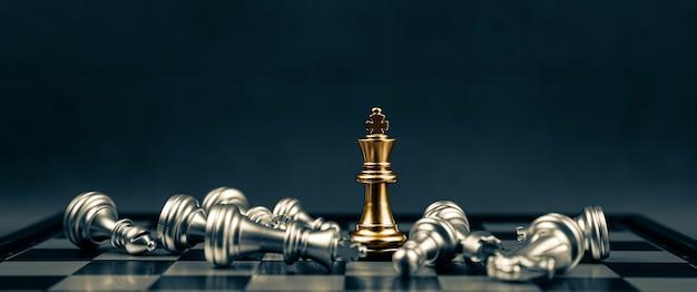 Primo piano vincitore in piedi di scacchi del re sulla scacchiera.