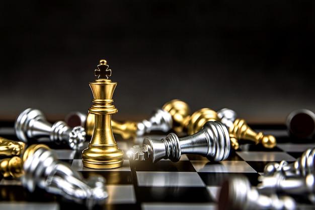 Primo piano vincitore di scacchi re in piedi.