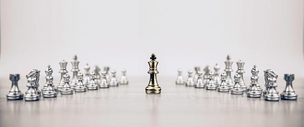 Primo piano del re degli scacchi in piedi con la squadra