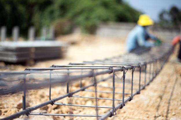 Close up nodo di rete di ferro per rendere forte sito in costruzione da manodopera