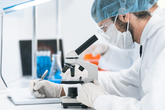 Avvicinamento. l'assistente di laboratorio conduce i test di analisi in laboratorio.