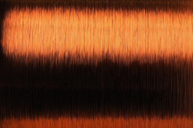 Close-up grande bobina di filo di rame sottile nella produzione di parti tecniche