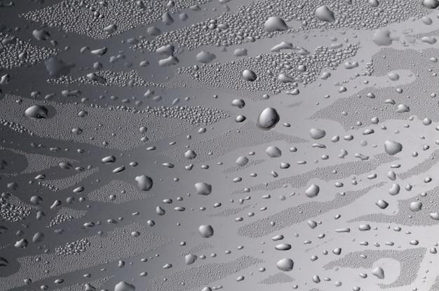 Close-up grandi gocce d'acqua sul vetro