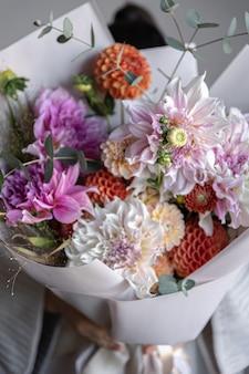 Primo piano di un grande bouquet festivo con fiori di crisantemo.