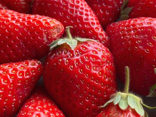 Primo piano di un gran numero di fragole. sfondo naturale.