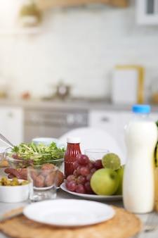 Primo piano di ingredienti latinoamericani per la colazione sul tavolo all'interno della cucina moderna. mattina, concetto di idee per la colazione. messa a fuoco selettiva