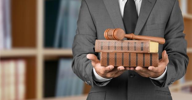 Avvocato ravvicinato con giudice a martelletto e libri